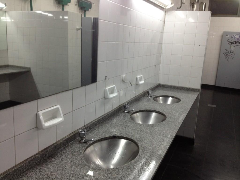 Baño de hombres - UBA Sede Paternal