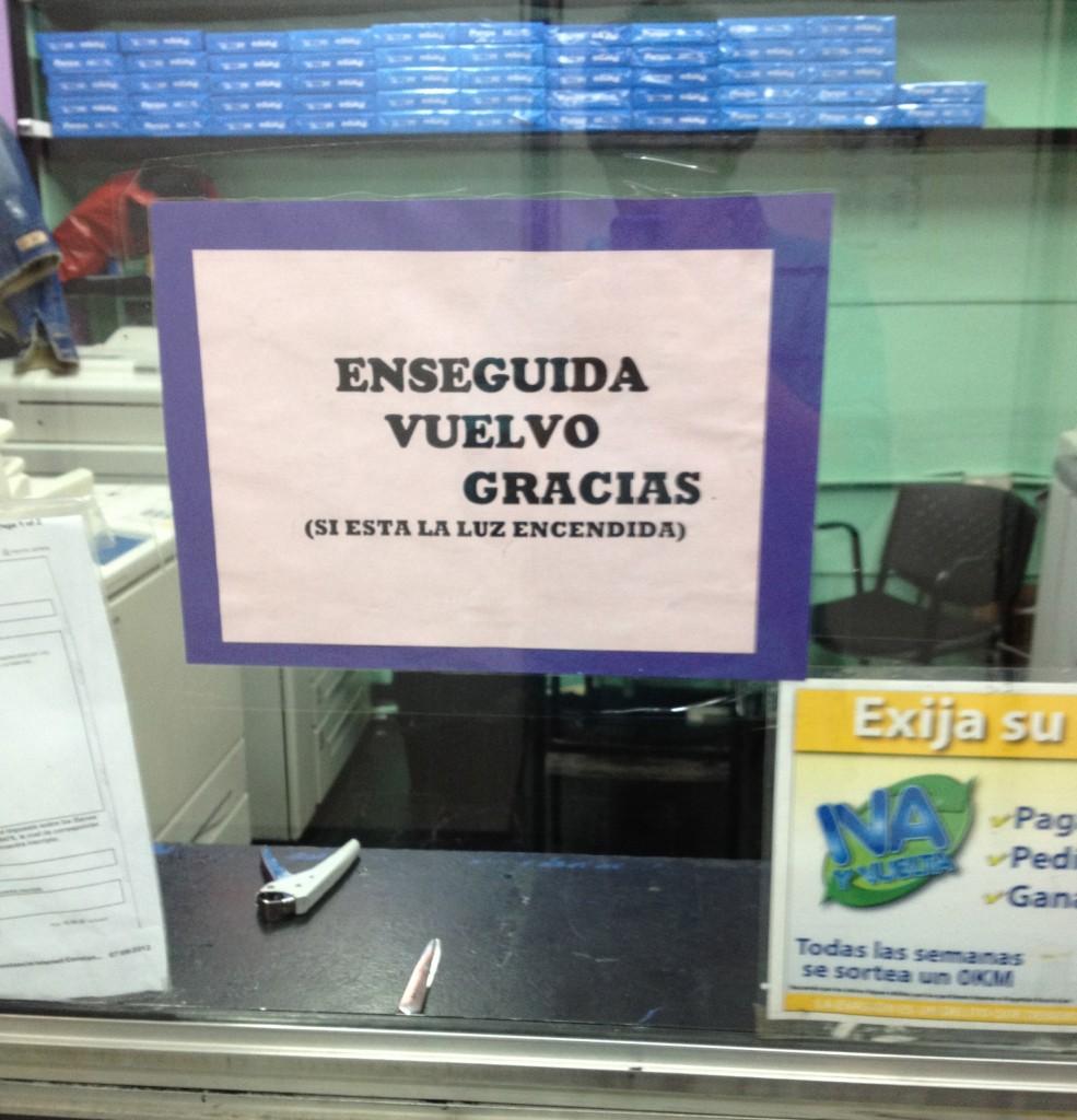 """Cartel en fotocopiadora de la UBA: """"Enseguida vuelvo, gracias"""""""