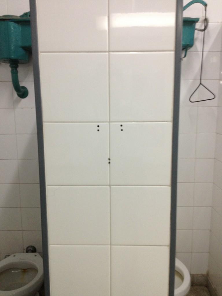 Baño sin porta toallas de papel - UBA Sede Paternal